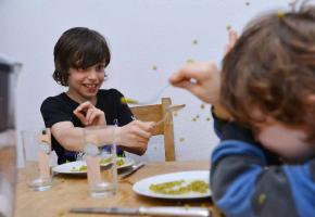 Pas toujours facile de servir les repas des enfants à midi.