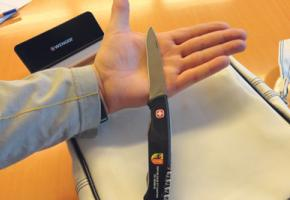 Pierre nous montre le grand couteau qu'il a reçu de l'Etat.