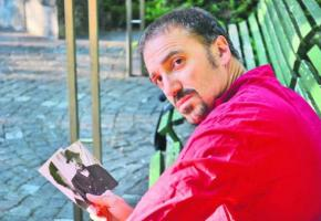 Ecrivain et professeur de salsa, Esteban Isnardi est un personnage connu à Genève.