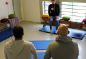 Dans une salle de Champ-Dollon, l'instructrice Sarah Petitpierre face à des détenus. DR