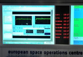 Copie d'écran du spectre du signal émis par la sonde Rosetta après son réveil. Le signal a été reçu à 18h17 UTC. Crédit image : ESA