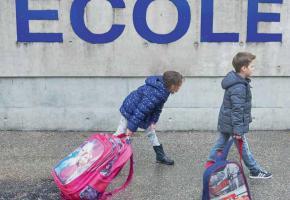 «Voilà ce que ma fille porte tous les jours sur le dos», s'offusque le député Florian Gander. DR