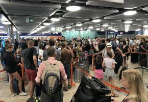 Hall d'enregistrement à Genève Aéroport en été. FRANCIS HALLER