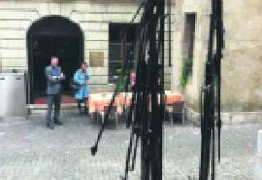 Il y a dix jours, les parasols devant le restaurant «Les Armures», ont été incendiés…