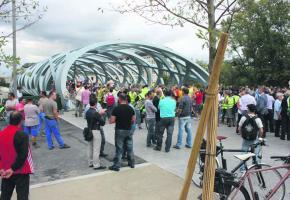 Le design du pont futuriste a attiré la foule. JOELLE EMONET