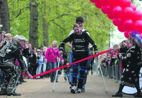 En mai dernier, la britannique Claire Lomas a réussi à boucler le Marathon de Londres en 16 jours.