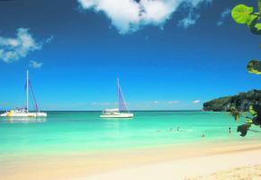 Le week-end, les Guadeloupéens prennent le chemin des plages, qui sont presque désertes en semaine, comme ici à Marie-Galante.
