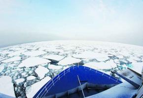 Un panorama extraordinaire s'offre aux 70 passagers du bateau polaire Ocean Nova qui navigue au milieu des glaces.