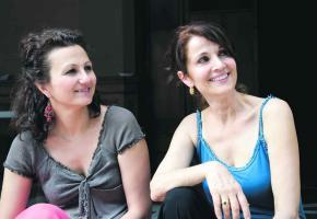Valentine Sergo, auteure de la pièce et Maria Mettral qui interprète un des rôles de la pièce.