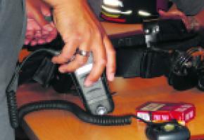 Les ceintures de la police municipale sont équipées d'un spray au poivre, de menottes et d'un bâton tactique.