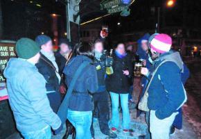 De nombreux jeunes achètent de l'acool dans des shops et viennent se greffer aux clients des bars de la ville.