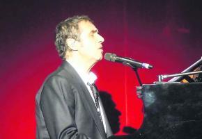 L'artiste renoue avec son instrument de toujours, le piano.