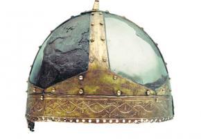 Le casque de Villeneuve (VD, 6e s. ap. J.-C., découvert à l'embouchure du Rhône à Villeneuve.