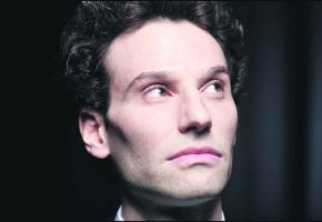 Pour David Greilsammer, la gaieté de l'œuvre de Mozart se prête bien à un concert de Noël destiné à un large public.