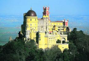Construit sur les ruines d'un ancien monastère à Sintra, le Palais national de la Pena offre un vrai mélange d'architectures.