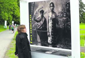 Des images violentes heurtent les badauds parce que l'exposition se trouve à proximité d'une école.