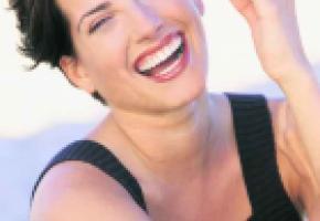 Retrouvez le sourire, avec des gencives et des dents solides.