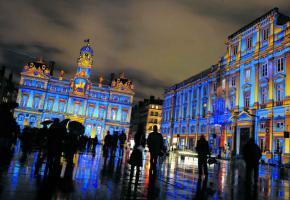 La Fête des Lumières est l'événement touristique majeur de la ville de Lyon. Il attire des millions de visiteurs chaque année.
