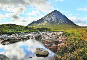La vallée de Glencoe, avec au loin la montagne Buachaille Etive Mor qui culmine à 1022 mètres.