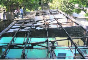 Les toitures des maisons ont été particulièrement endommagées.