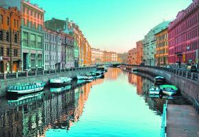 Pendant les nuits blanches ou tout au long de l'année, Saint-Pétersbourg est la véritable vitrine de la Russie.