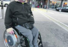 Jacques Romanens aimerait pouvoir accéder plus facilement aux lieux publics avec son fauteuil roulant.
