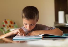 Les enfants dyslexiques ont des difficultés à dissocier les sons. 123RF/DOMENICOGELERMO