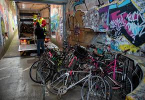 Les vélos retirés de la voie publique sont déchargés au local de la coopérative autogérée Péclôt 13 à la Servette. STéPHANE CHOLLET