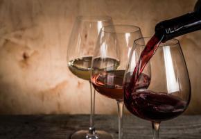 Soulwines propose une sélection des meilleurs vins suisses . 123RF/OLEKSANDRA NAUMENKO