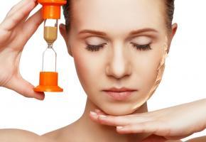 Prendre soin de sa peau au quotidien pour ralentir  le vieillissement. 123RF