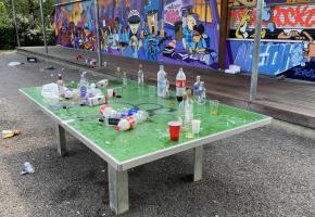 Des parcs ou des places de jeux sont parfois transformés en décharges à ciel ouvert. GIM