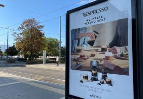 Les affiches de publicités commerciales pourraient être bannies des rues genevoises en 2025.