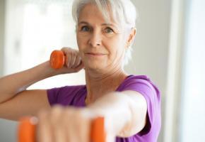 Pratiquer une activité physique régulière contribue à prévenir les chutes. 123RF