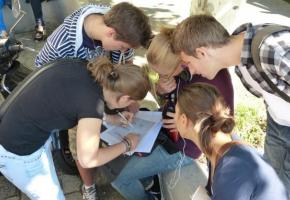 Les touristes et les jeunes raffolent  des énigmes dans les rues genevoises. DR