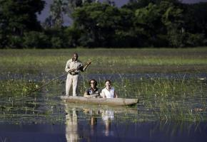 Les «hippos» sont les maîtres des eaux. ALAIN BOSSU Panthère dans  la réserve.  RêVES AFRIQUE Les enfants sont très attentifs aux explications des guides. &BEYOND Le lion reste le roi de la savane... ALAIN BOSSU Safari dans la réserve de Moremi. OKUTI CAMP