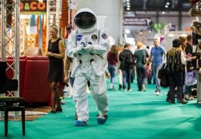 Les Automnales sont aussi un moment de curieuses rencontres comme avec cet astronaute durant la Foire de 2013. DR