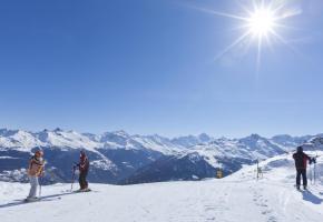Panorama à 360° sur les grands sommets alpins.