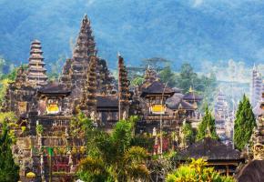 Il existe plus de 200 danses traditionnelles réparties dans toutes les régions de Bali. Bali balnéaire. Le temple de Taman Ayun, à Mengwi près d'Ubud.