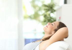 La relaxation: une méthode efficace pour apaiser ses rythmes internes. ISTOCK/ANTONIOGUILLEM