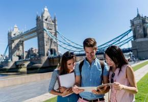 Nombre d'étudiants choisissent de poursuivre leurs cursus à l'étranger. GETTY IMAGES/ANDRESR