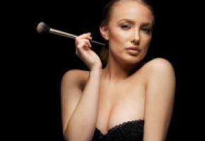 Souligner les traits du visage, pour un effet hypernaturel. GETTY IMAGES/JACOBLUND