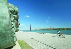 L'artiste Oliveira Domingos a créé ce bronze d'Amália Rodrigues, la reine du fado. Si le profil ouvre cet horizon sur le Tage et le Pont du 25 avril, de face, le visage apparaîtra dans une guitare.