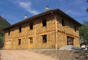 Une maison en paille offre bien des avantages. NEUMULLER CRUET