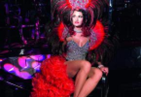 Paillettes, plumes, glamour et humour forment un cocktail explosif! PHILIPPE HOUDEBERT