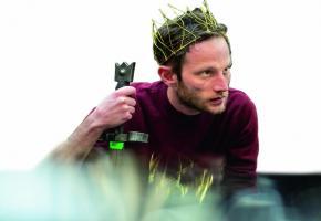 L'acteur suisse Simon Guélat, dans le rôle du roi Arthur. GTG/CAROLE PARODI