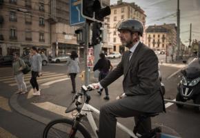 L'ancien maire verniolan ne lâchera pas son vélo pour une limousine. GABRIEL BALAGUé