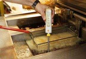 L'huile de friture dégradée, voire parfois impropre à la consommation, dans beaucoup  de bistrots et restaurants du canton. PHOTOS C.BATTAGLIERO /DR