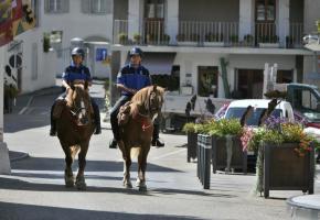 Les patrouilles équestres rassurent les villageois (ici à Veyrier) et les chevaux rendent la police plus humaine. CHRISTIAN BONZON