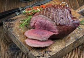 La viande de gibier reste juteuse si elle est grillée ou saisie rapidement. 123RF/HEINZ LEITNER
