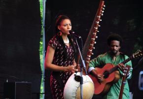 Sona Jobarteh a modernisé l'image de la musique kora. DR